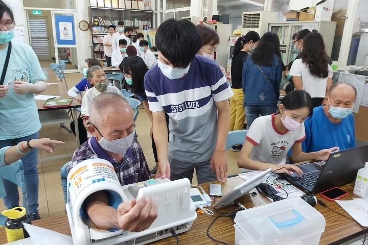 中華醫大USR南關線智慧健康幸福扎根團隊前進歸仁大廟里關心銀髮長輩-中華醫事科技大學
